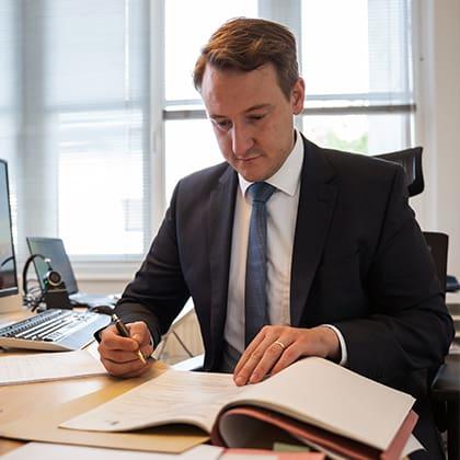 RA Florian Kersten im Büro